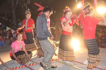 Đêm hội Đền Vạn đã thu hút khách du lịch chưa từng một lần nhảy sạp cũng lên chung vui...