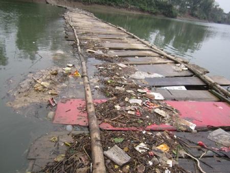 Có chỗ mặt cầu chìm hẳn xuống mặt nước, rác tấp đầy lên mặt cầu