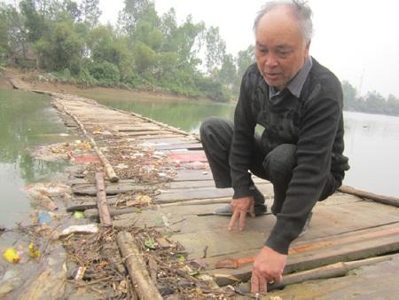 Ông Nguyễn Văn Cờn mong một ngày nào đó cầu phao sẽ được khai tử.