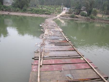 Chiếc cầu tạm treo tính mạng người dân trên miệng Hà bá.