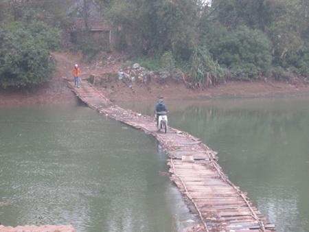 Người dân đánh cược tính mạng mình mỗi khi đi xe máy qua cầu như thế này.
