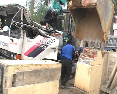 Chiếc xe mắc kẹt trong đống đổ nát của cổng Trung tâm văn hóa.