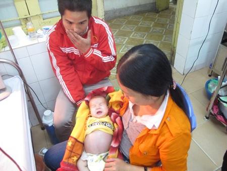 Nhà nghèo nên lúc con lâm bệnh, 2 vợ chồng anh Chuyên và chị Phương chỉ biết ôm con mà khóc.
