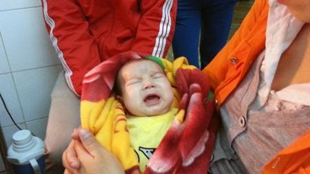 Hàng ngày, bé Vinh không chịu ăn uống mà chỉ gào khóc trong đau đớn.
