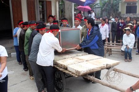 Các ngư dân ở xã Diễn Thịnh đặt cá Ông cẩn thận vào hòm bằng kính.