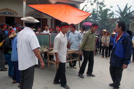 Các ngư dân bắt đầu làm lễ mai táng cho cá Ông.