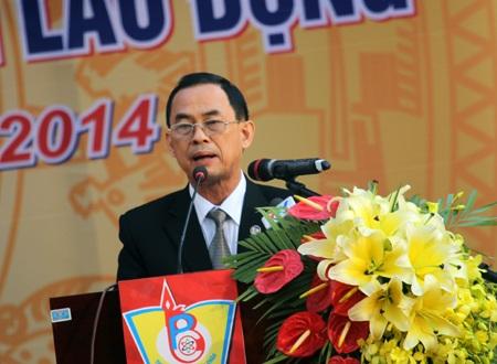 ... và trao Bằng khen cho thầy cô Trường THPT Chuyên Phan Bội Châu.