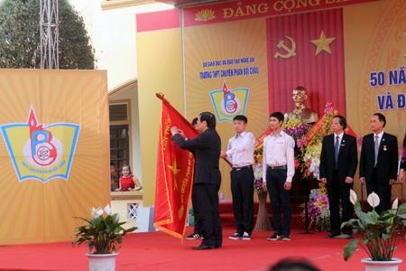 Chủ tịch nước Trương Tấn Sang gắn Huy chương Anh hùng lao động...
