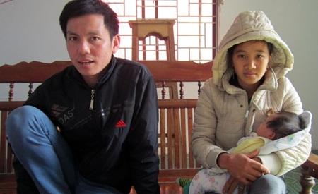 Anh Lưu Đức Hải, xã Nghi Tiến (cùng vợ con) đang kể lại quá trình làm việc vất vả tại Nga.