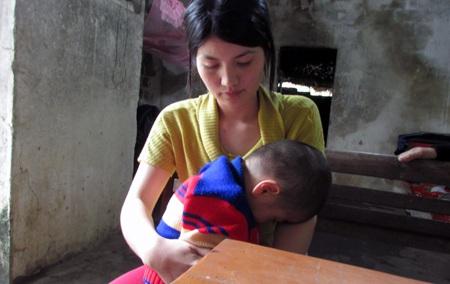 Đôi khi ôm con, cháu Quốc Đại cứ gục xuống trong vô thức mà người mẹ lòng càng quặn đau hơn.