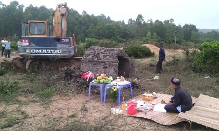 Sau khi phát hiện, đào bới lấy xong thầy cúng được mời để cúng tế trước khi chôn cất cá.