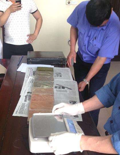 Đại diện PC47, VKSND kiểm tra tang vật phục vụ công tác điều tra.