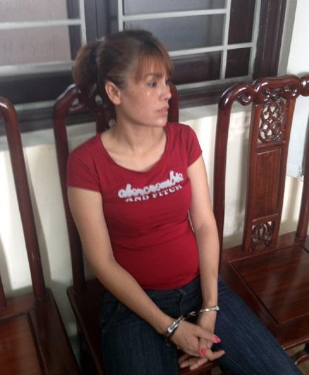 Đối tượng Lê Thị Hằng kẻ nhận 8 bánh heroin trên đường đi tiêu thị thì bị bắt.