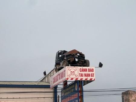 Phíatrên là chiếc xe 7 chỗ bị nát bét do một vụ tai nạn giao thông.