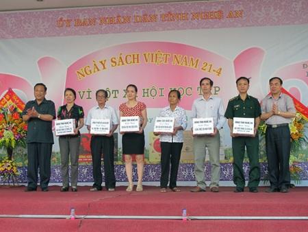 Cuốibuổi lễ, Ban tổ chứctrao tặng sách cho cácđơn vị trên địa bàn tỉnh.