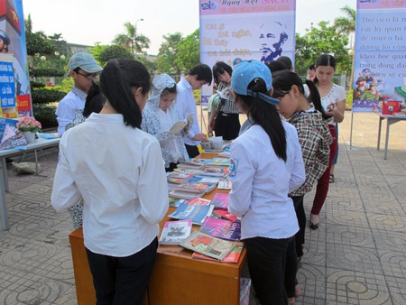 Các em học sinh hào hứng đọc sách.