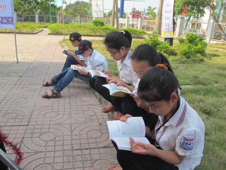 Các em học sinh ngồi bất cứ đâu để có thể thưởng thức những cuốn sách hay.