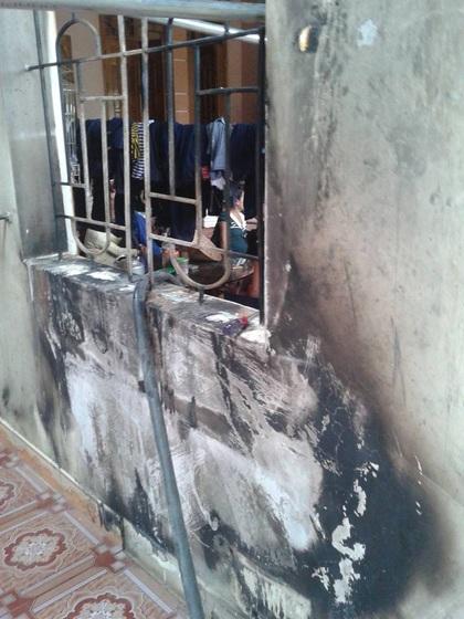 Căn nhà của ông Hùng loang lổ khói đen sau vụ cháy