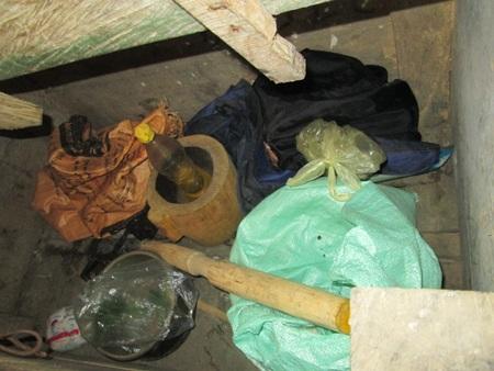 Cái nồi, và những cân gạo còn lại là thứ quý giá nhất trong những ngày qua của vợ chồng chị Hương.