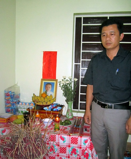 Anh Lê Hồng Sâm đau xót bên bàn thờ đứa con ái yểu mệnh.