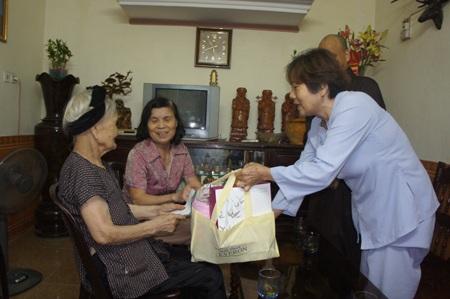 Phật tử chùa Phúc Thành cùng sư thầy tặng quà cho mẹ Việt Nam anh hùng nhân đại lễ phật đản 2014.