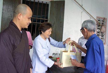 Trụ trì Chùa Phúc Thành trao quà cho 5 thương binh xã Hưng Châu.