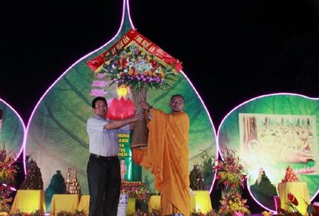 Các phật tử phấn chấn trong ngày Lễ Phật đản 2014.
