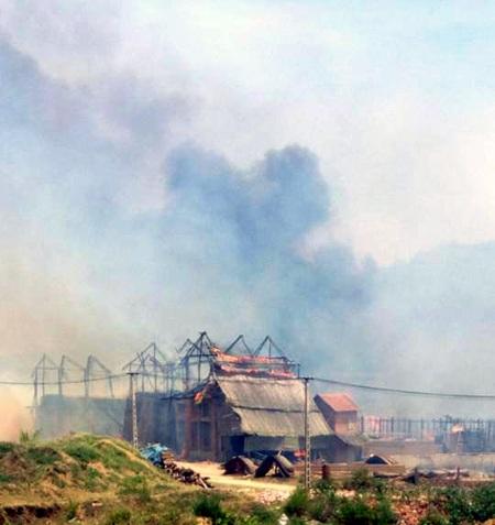 Lực lượng chức năng đến thì làng ngói Cừa đã cháy thành tro tàn.