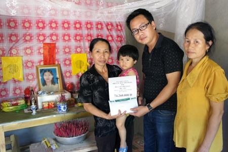 PV Dân trí trao hơn 74 triệu đồng đến bà Cao Thị Loan.