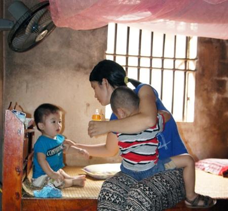 Thảo cùng 2 đứa con nhỏ sống trong cảnh nghèo khó.