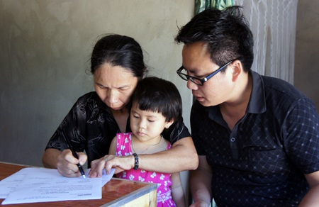 Bà Loan cùng cháu trong ngày nhận quà PV Dân trí trao.