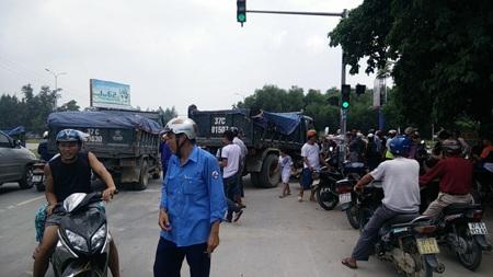 Giao thông tại ngã tư sân bay hỗn loạn sau vụ tai nạn.