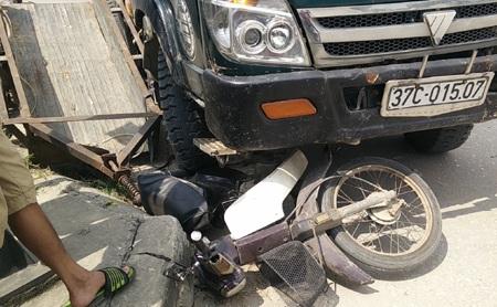 Rồi bất ngờ chiếc xe tải này đâm vào chiếc xe máy đang dừng bên cạnh.