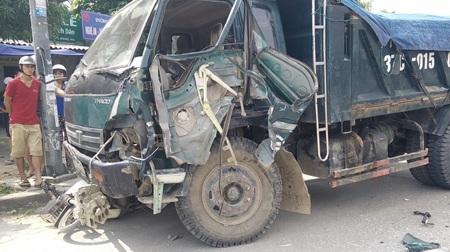 Phần bên lái của chiếc xe tải nát bét sau đi đâm vào đuôi xe tải đang dừng đèn đỏ.