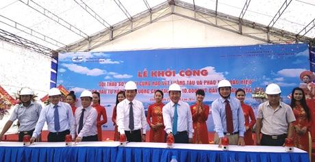 Các đại biểu dự lễ ấn nút khởi công.