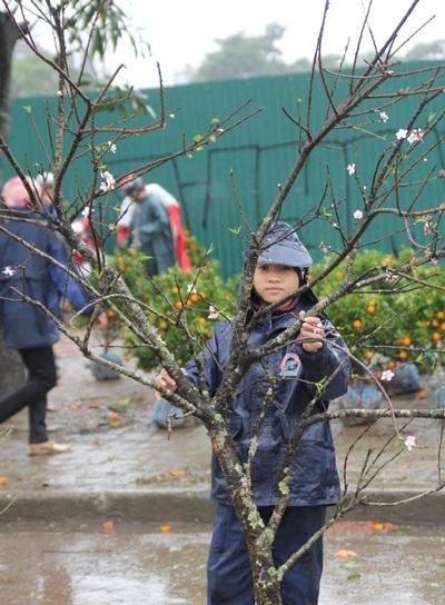 Những đứa trẻ mưu sinh trong giá lạnh trước giao thừa - 6