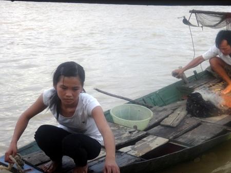 PV Dân trí trao 2 triệu đồng của giám đốc Công ty NTHH H.V cho em Nguyễn Thị Thắm.