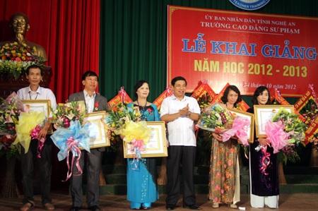 Trường CĐSP Nghệ An đón nhận Huân chương Lao động hạng Ba