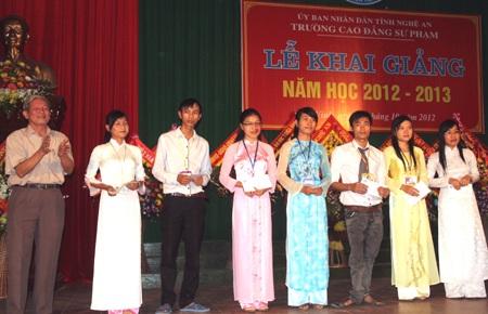 7 sinh viên nghèo vươn lên đạt thành tích cao trong học tập nhận học bổng nhân dịp khai giảng.
