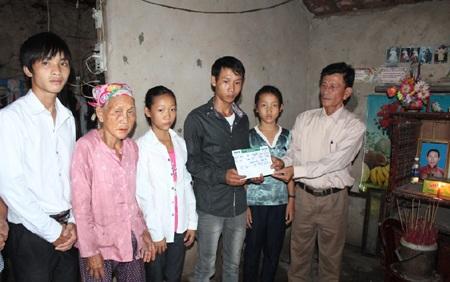 Gần 14 triệu đồng tiếp tục đến với 2 hoàn cảnh khó khăn của làng Quỳnh