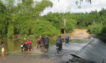 Đập tràn khe Ang cứ mưa xuống là nước ngập.