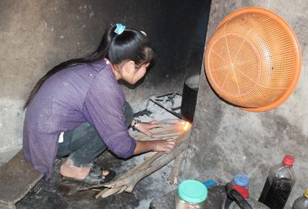 Em Chu Thị Huyền Trang đang nhóm lửa
