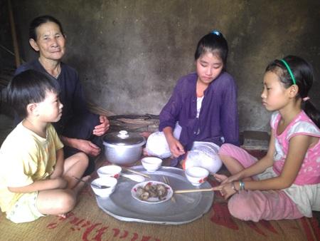 Chị em Trang cùng bà trong bữa cơm đạm bạc.