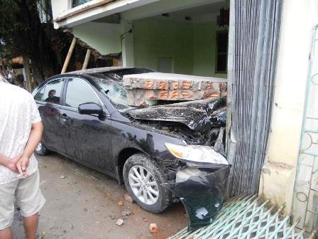 """""""Xế hộp"""" mất lái, tông sập tường nhà dân"""