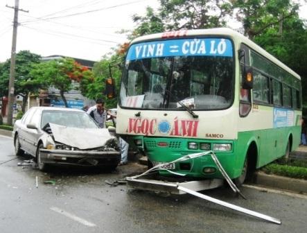 Xe buýt mất lái đâm nát đầu ô tô 4 chỗ