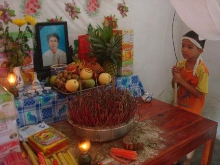 Con trai anh Lạng bên bàn thờ bố.