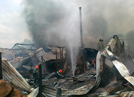 ... tuy nhiên, lúc này nhà của các hộ dân cũng đã cháy trụi thành tro tàn.