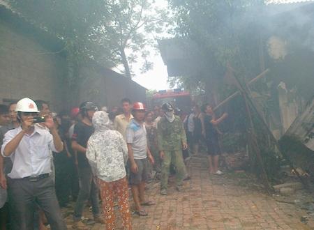 Hàng trăm người dân kéo đến xem đồng thời phải đối việc xe cứu hỏa không có nước để dập lửa.