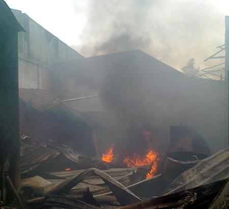 ... trong chốc lát đã thiêu rụi toàn bộ khu vực nhà của một số hộ dân ở khối 14, phường Cửa Nam.