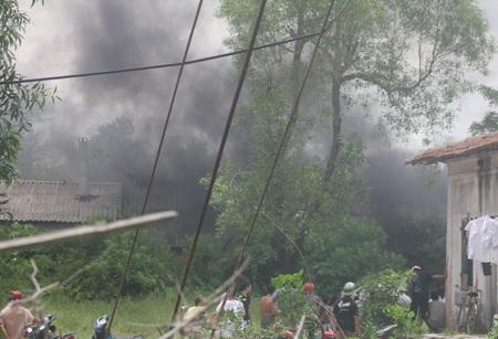 Đám cháy bùng phát dữ dội kèm theo những làn khói đen cuồn cuộn làm mất tầm nhìn.